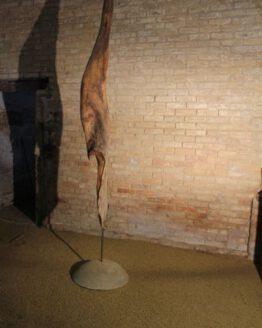 Holzskulptur mit Betonfuß