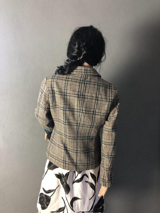 Rückenansicht karierte Jacke