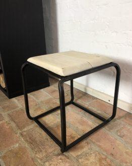 Stahlhocker mit Holzplatte