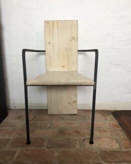 Stuhl aus Holz und Stahl